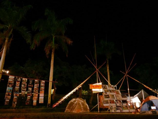 操場上一隅為藝術裝置區,載著近年原民運動、傳統領域議題的相關進程。(阿米斯音樂節提供,潘致穎攝)