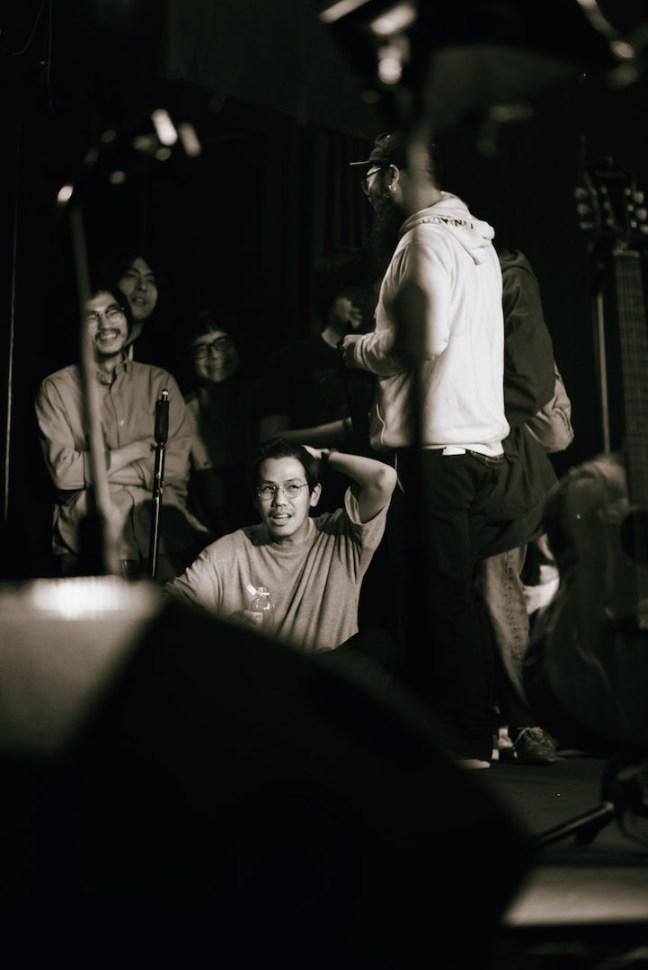 舞臺旁的表演者們。依序為張盛文、許正泰、Ahblue、洪申豪、官靖剛(攝影:陳藝堂)