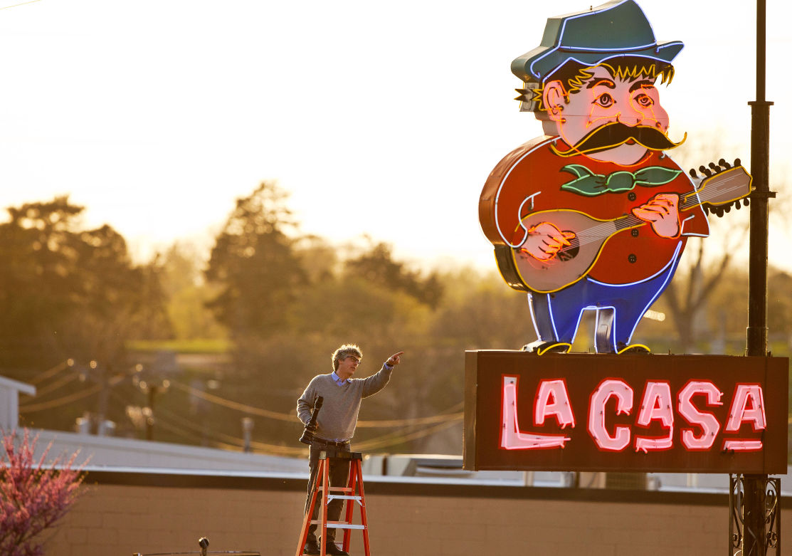 Alexander Payne on a ladder at La Casa Pizza