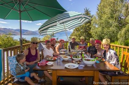Magnifique endroit et charmante famille pour célébrer Noël et l'anniversaire de Vanessa ! Merci beaucoup à nos hôtes du lac Hawea! De gauche à droite : Léo, Vanessa, Ruth,Tom, Josh, moi, Kate, Ken, James et Bryony.