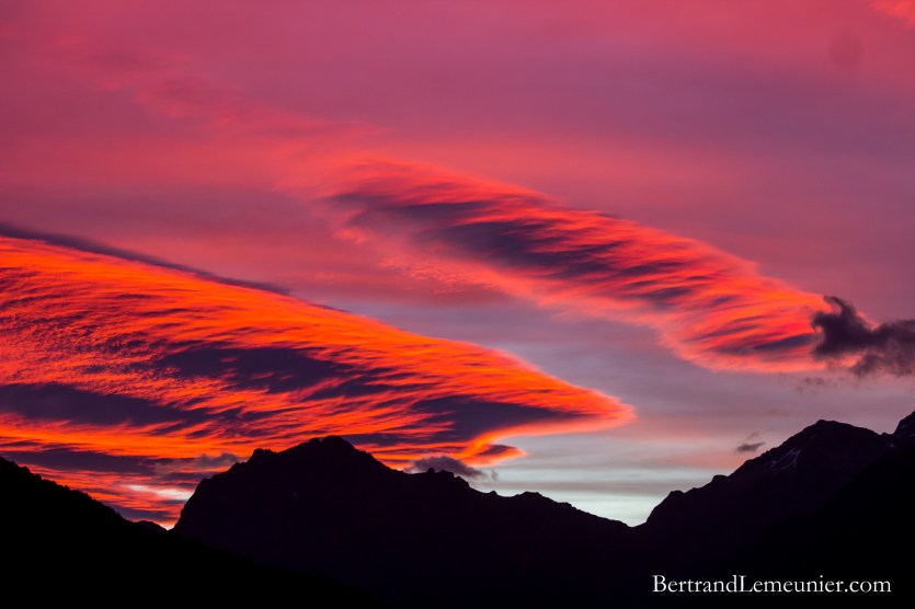Coucher de soleil et montagnes au magnifique Parc National de Fiordland (Nouvelle-Zélande)