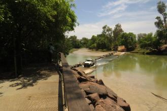 Hennies Crossing - Crocs go wild fishing with the estuarial tidal swings
