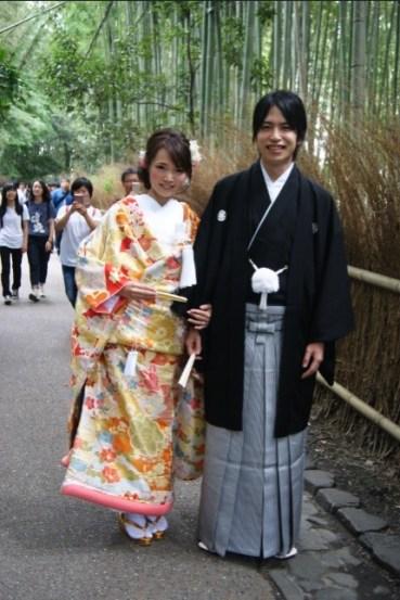 Newlyweds (?) posing for 100 photos in Arashiyama.