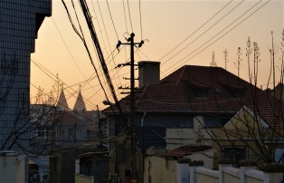 Returning via the cathedral in the late afternoon. Like in Japan and Korea, there's lots and lots of cabling.
