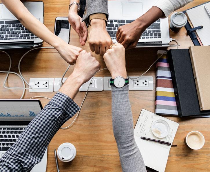 5 personas feliz con exito que aumentaron su productividad con el Software de BluCactus