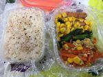 今日のランチは、昨日の人参しりしりと小松菜とコーンのソテーにビッツウインナーです。
