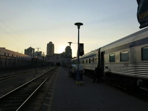 夕闇迫るバンクーバー駅から発車の時間が近づいてきました。