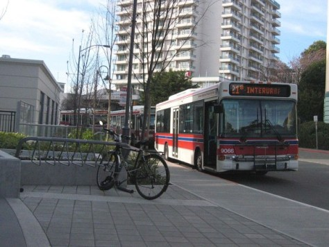 ビクトリアの市バス、BC Transit (C) Arnold C (Buchanan-Hermit) (Own work) [Attribution], via Wikimedia Commons
