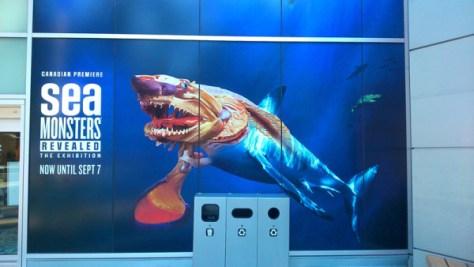 水族館入り口にあるSea Monsterのインパクト十分な広告