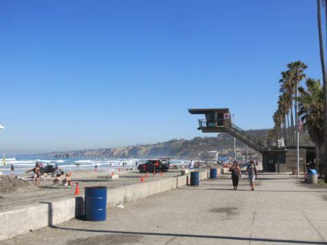 ビーチ沿いの遊歩道