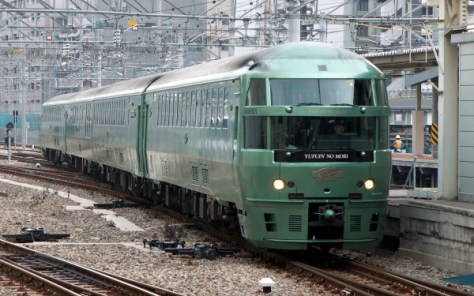 The newer fleet KIHA 72 series is used for two round trips of Yufuin no Mori. As of July, 2015, one more car was added to this train set. Not it is five cars formation.