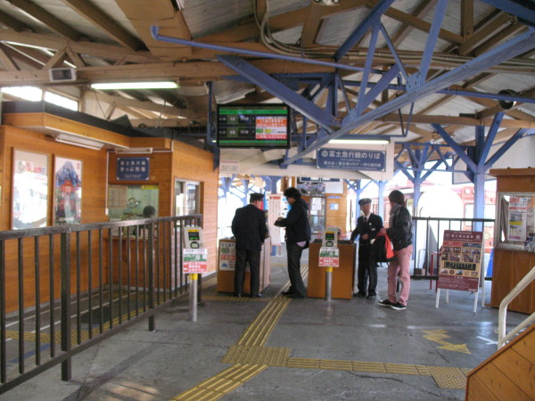Fuji Kyuko train's ticket gate is located at the end of JR platform. (C) JP Rail