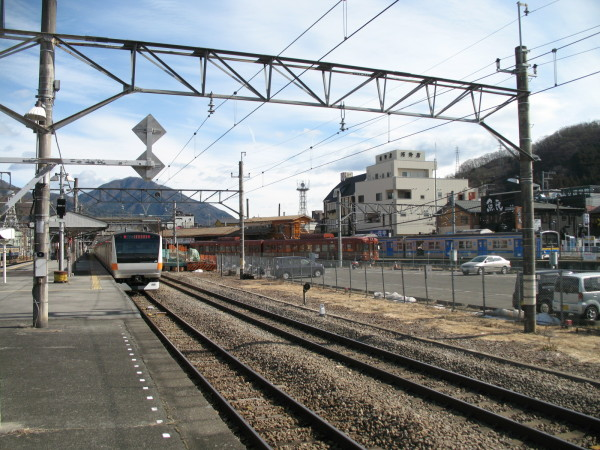 I took this picture from the west end of platform #4 and #5. Chuo line rapid train (silver and orange) at track #4, Fuji Tozan Densha at #2 and Fuji Kyuko's local train (silver and blue) at #1 can be see in this picture. (C) JP Rail
