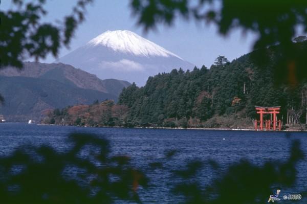 Mt. Fuji from the shore of Lake Ashi in Hakone ©JNTO