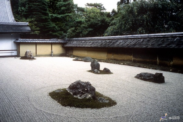 I recommend you to drop by Ryoanji temple before visit Kinkakuji.  	©JNTO