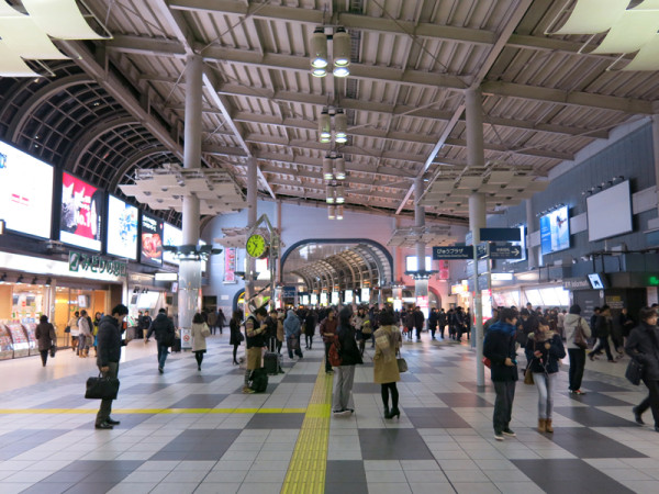 Pedestrian walkway connects both side of Takanawa and Kona exits.  (C) JP Rail