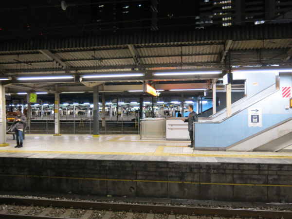 Taken at track #3 and #4 platform. All JR's platforms are on ground level. (C) JP Rail