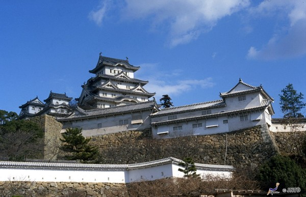 There are lots of castles in Japan. But Himeji castle is one of four existing original catle buildings. (C) JNTO