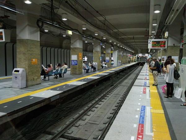 Hashin Railway Kobe-Sannomiya station platforms (C) Jr223 (Own work) (CC BY-SA 3.0), via Wikimedia Commons