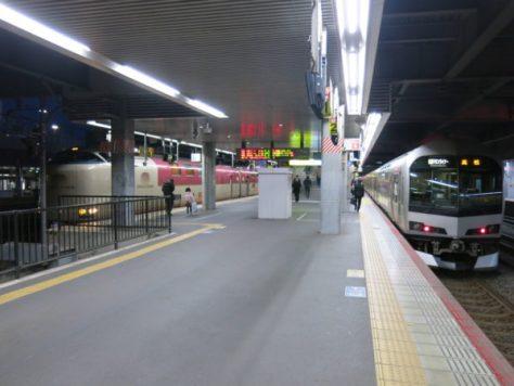 Sunrise Seto and Sunrise Izumo arrived at Okayama station just beside Marine Liner. Marine Liner is the rapid train that connects Okayama and Takamatsu.