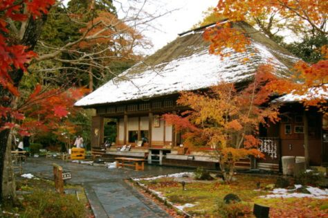 You may visit this temple in the evening. Light up is gorgeous. (C) Entsuin2.jpg - Kumamushi (Own work) via Wikimedia Commons