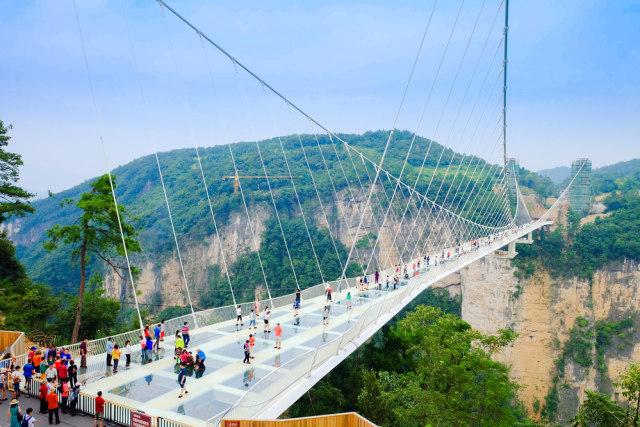 Hasil gambar untuk jembatan lkaca pegunungan Zhangjiajie di cina