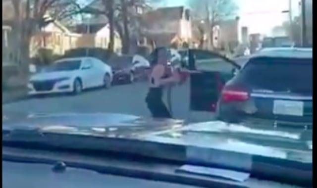 Wanita Ini Ngamuk Mengira Dikuntit, Padahal Selang Pom Bensin Nempel di Mobilnya