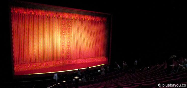 """Das Theater """"Neue Flora"""" von innen: der Aladdin-Vorhang erinnert mehr an """"König der Löwen""""."""