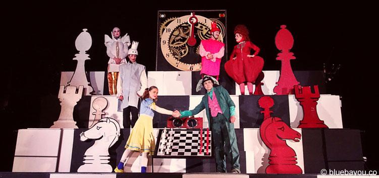 Alice on the Run - beim Finale treten Alice und das Kaninchen im Schachduell gegeneinander an.