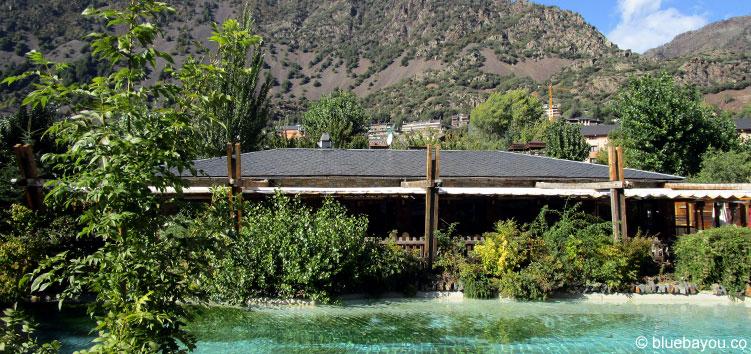Ein Restaurant vor den Bergen Andorras, mitten in Andorra la Vella.
