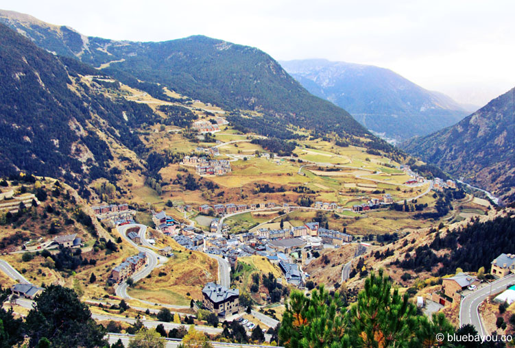Blick auf eine der für Andorra typischen Serpentinenstraßen.