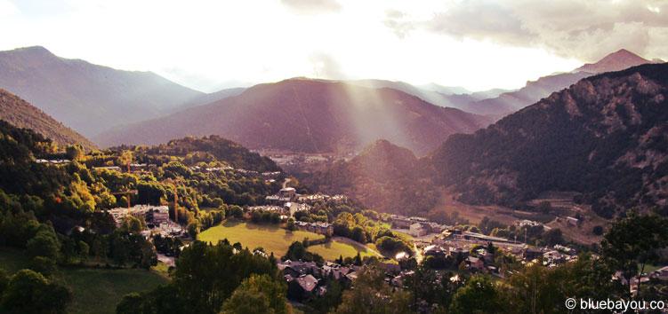 Sonnenschein über einem der Täler von Andorra.