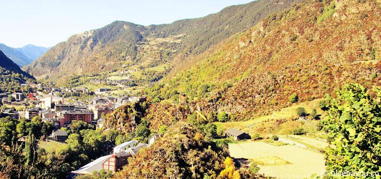 Talblick in Andorra mit einem Dorf.