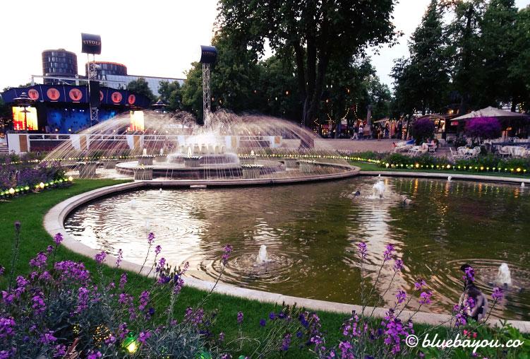 Die Bühne und ein Springbrunnen in Tivoli, Kopenhagen.