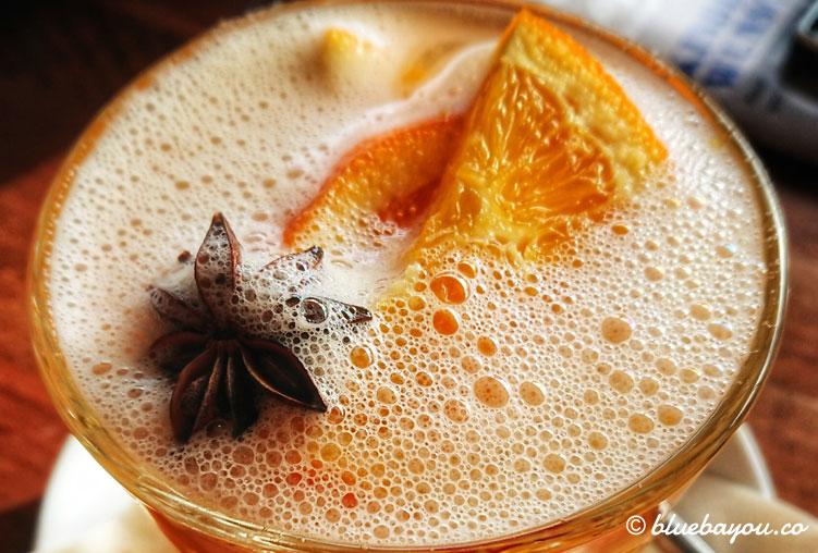 Cheatday beim Intervallfasten: egal ob auf Reisen oder zu Hause trinke ich nur selten etwas außer Wasser, wie hier heißen Apfelsaft.