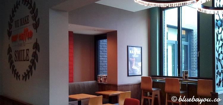 Der Sitzbereich von Costa Coffee in Frankfurt am Main. Von innen gelangt man auch direkt ins Premier Inn.