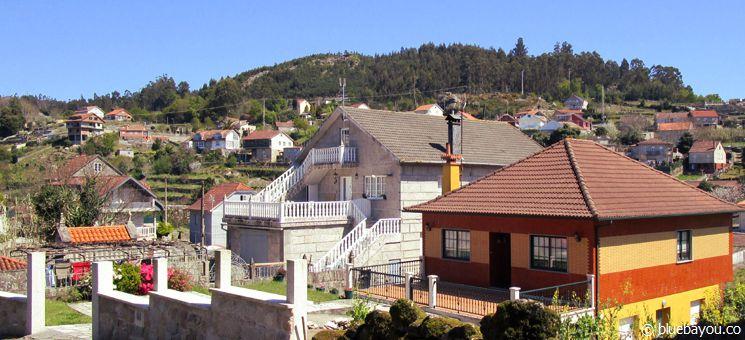 Ein kleines Dorf entlang des Jakobswegs in Spanien, in dem ein Mann die Badnutzung in seinem Haus anbot.