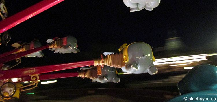 Abendstimmung mit Dumbo the Flying Elephant im Disneyland Paris.
