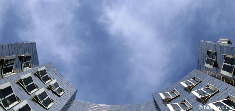 Blick in den Himmel über dem Düsseldorfer Medienhafen.