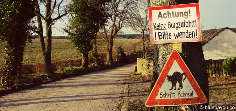 """Das zweite Schild auf dem falschen Weg zur Burg Cochem: """"Achtung! Keine Burgzufahrt! Bitte wenden!"""""""