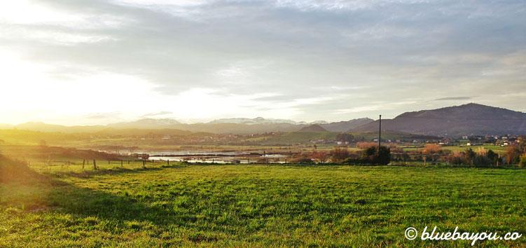 Fernblick entlang des Jakobswegs bei Sonnenaufgang.