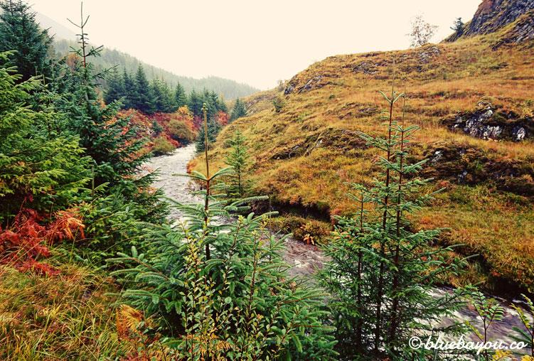 Fotoparade Natur: Ein reißender Fluss inmitten des Indian Summer in Schottland auf dem Weg zur Isle of Skye.