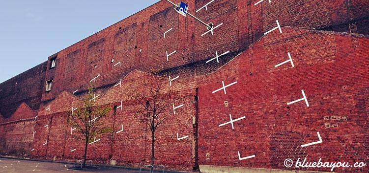 Kategorie Ungewöhnlich: Der Künstler-Parkplatz an der Wand der Köln Messe.
