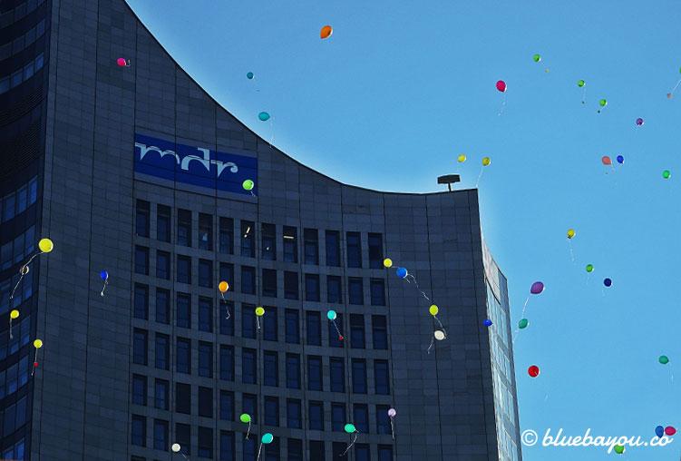 Kategorie Ungewöhnlich: Luftballons über dem Leipziger Augustusplatz am Tag gegen Homophobie.