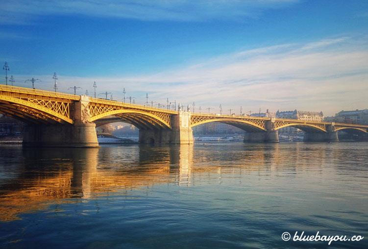 Fotoparade: Margaretenbrücke mit Spiegelung in Budapest.