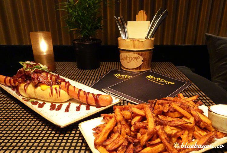 Hot Dog und Süßkartoffelpommes auf dem Tisch bei Hook Dogs in Hamburg.