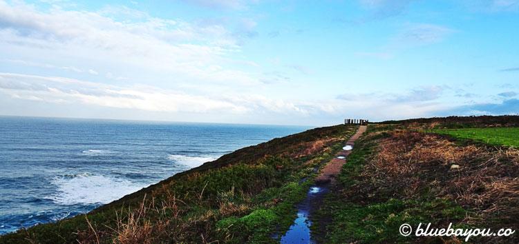 Der Küstenweg in Spanien führt sehr oft direkt am Meer entlang.