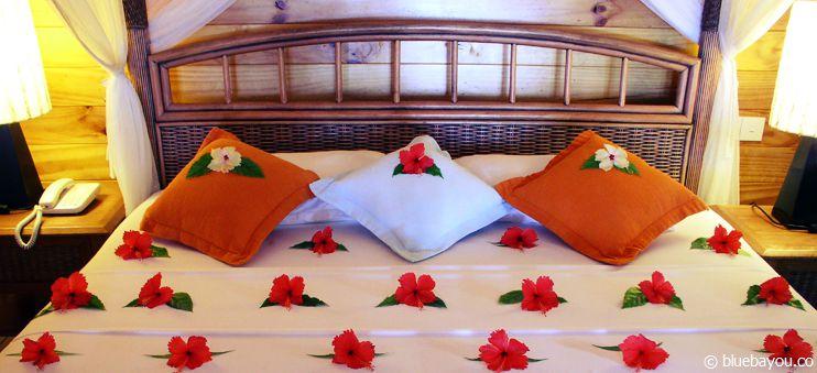 Pauschalurlaub auf den Malediven: Ein mit Blumen dekoriertes Bett.