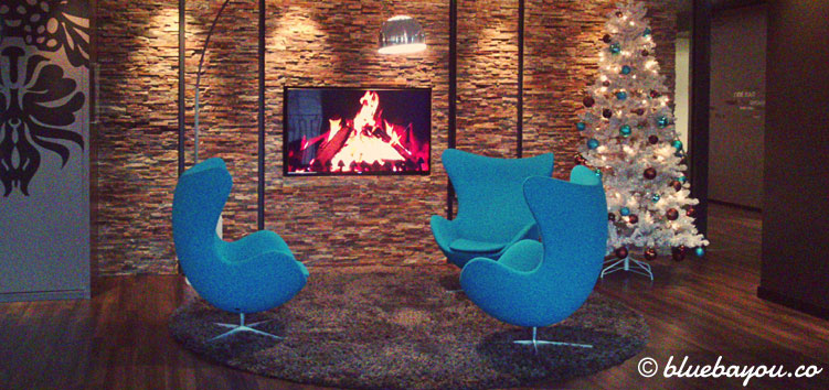 Das Kaminfeuer und de Egg Chairs in der One Lounge des Motel One Berlin-Potsdamer Platz.