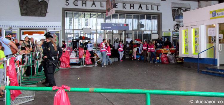 Absperrungen im HBF München. Hier werden wohl teils Flüchtlinge zum gelben Zelt geschleust.